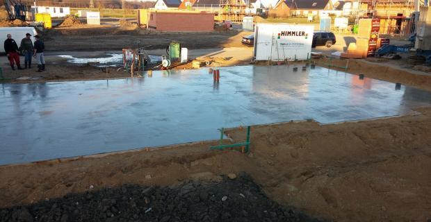 Bodenplatte betonieren: Bewehrung verlegen und Beton gießen