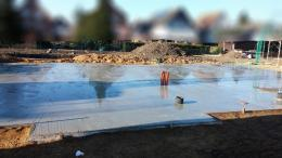 Bodenplatte nachbehandeln: Bewässern des Betons