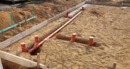Kanalarbeiten: KG-Rohre verlegt und an Regen- und Abwasserschächte angeschlossen