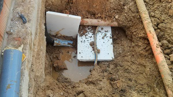 Trinkwasserleitung  vor Erdwärme-Rohren schützen