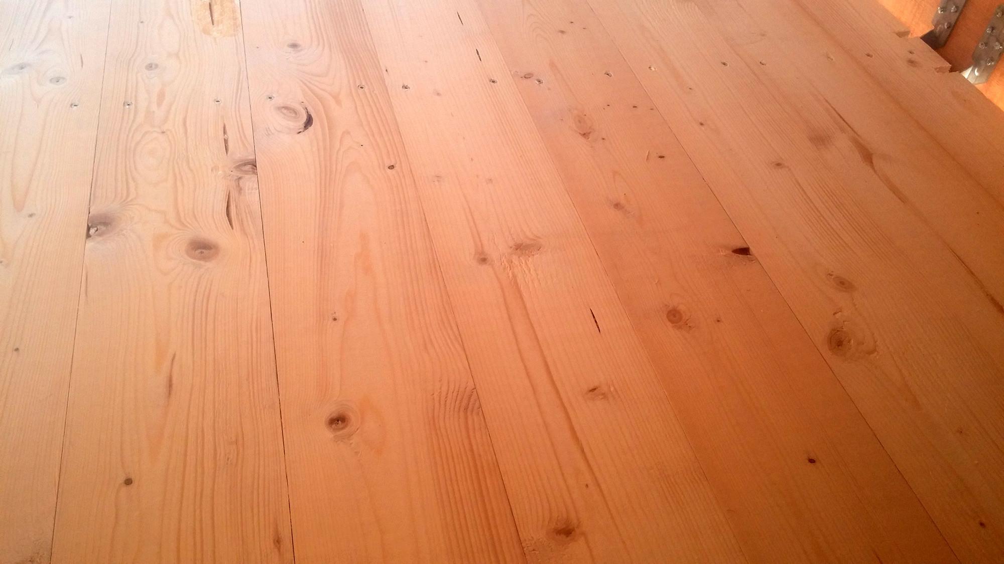 Rauspund im spitzboden in eigenleistung selber verlegen for Boden ohne fugen
