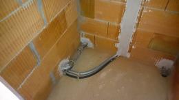 Wasserleitung für Dusche und Entwässerung für Waschtischarmaturen