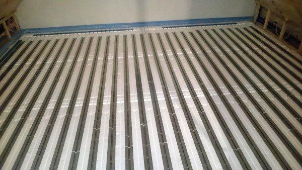 Fußbodenheizung Wärmeleitbleche verlegen