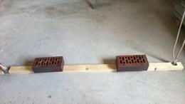 Holzlatte auf Estrichbeton kleben