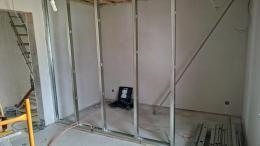 Trockenbauwand: fertiges Ständerwerk - Cw-Profile werden in die UW-Profile gesteckt und mit der Profilverbundzange fixiert. Boden-, Wand- und Deckenprofil dürfen nicht verschraubt werden! Das Cw-Profil an der Wand wird mit Drehstiftdübeln befestigt.