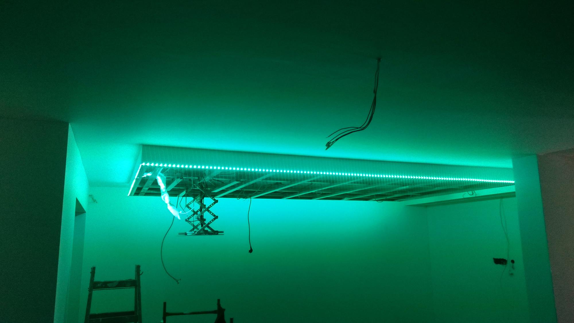 Abgehängte Decke mit indirekter Beleuchtung (Lichtvouten ...