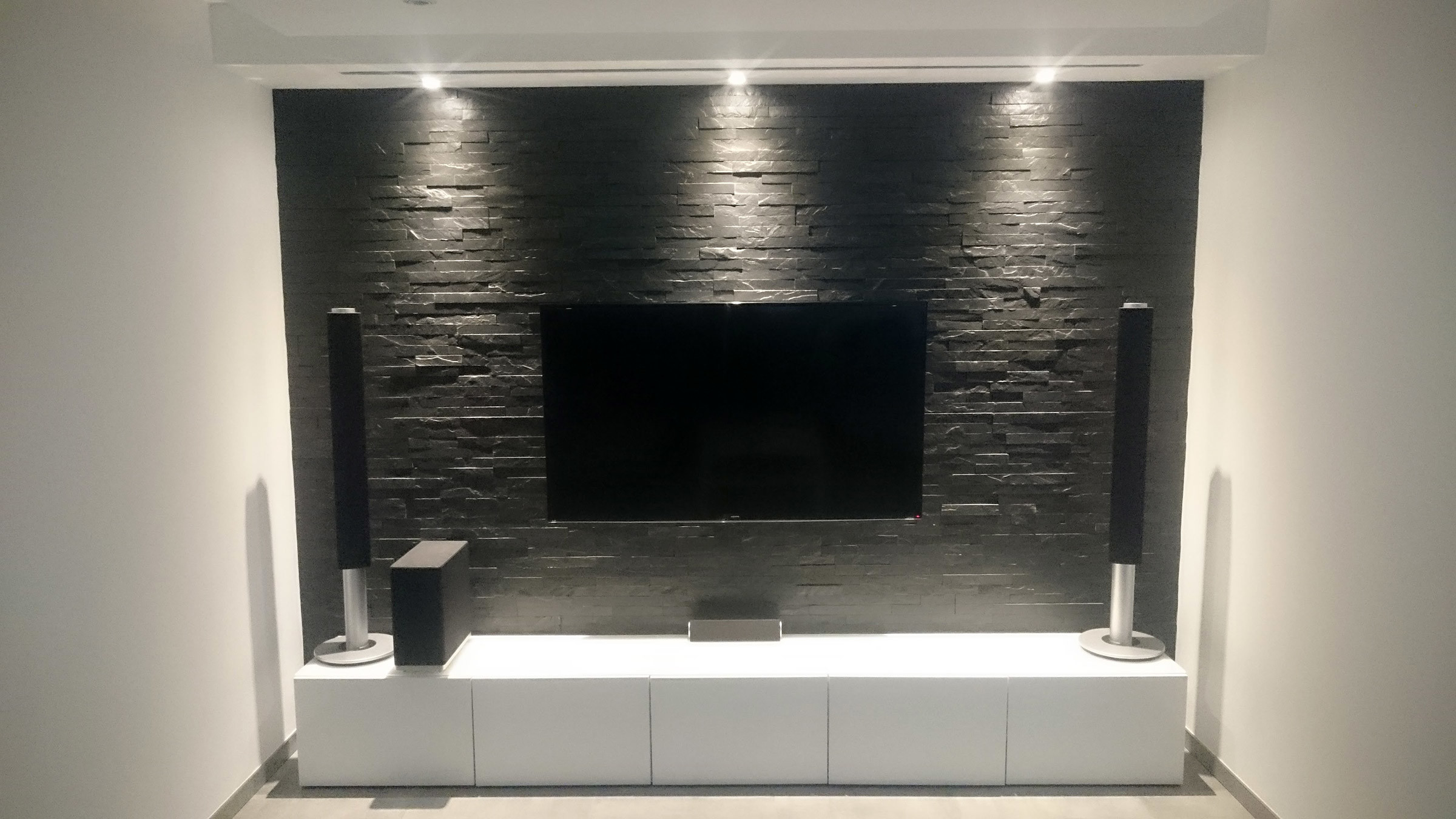 Multimedia wohnzimmer mit naturstein verblender selber bauen - Led fernsehwand ...