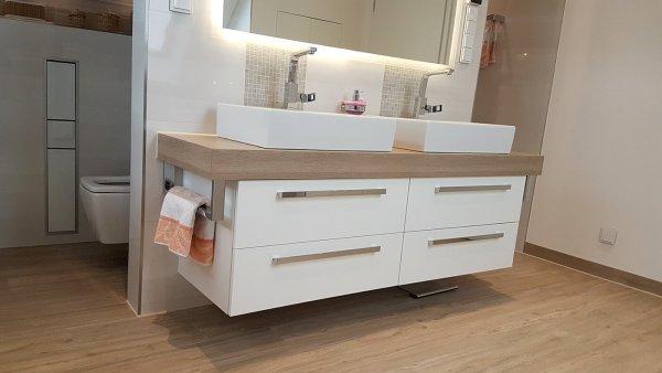 Badezimmer Doppelwaschtisch und Unterschrank