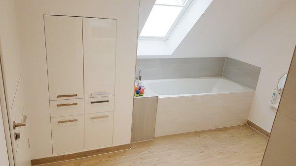 Badezimmer Einbauschrank, Badewanne und Elektrofenster