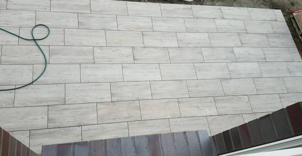 anleitung keramik terrassenplatten verlegen so geht 39 s. Black Bedroom Furniture Sets. Home Design Ideas