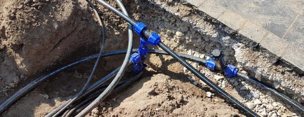 Gartenbewässerung selber bauen: Gräben, Leitungen und Versenkregner verlegen [Teil 2]
