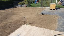 Bodengrund vorbereiten - mit einem Richtscheit ausgleichen