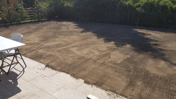 Bodengrund für den Rasen planieren