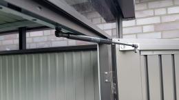 Gasdruckfedder hält die Biohort-Doppeltür