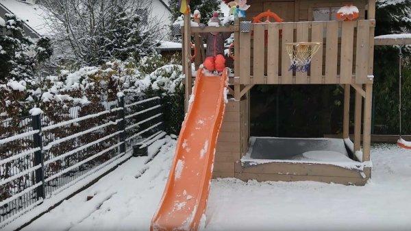 Spielturm im Winter: Auch bei Schnee nutzen Kinder diesen