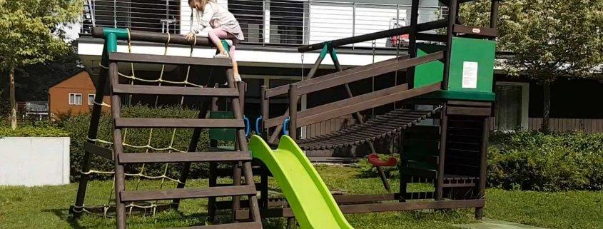Spielturm Test - Kind testet Kletterturm