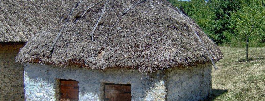 Altes und kleines Haus mit Reetdach