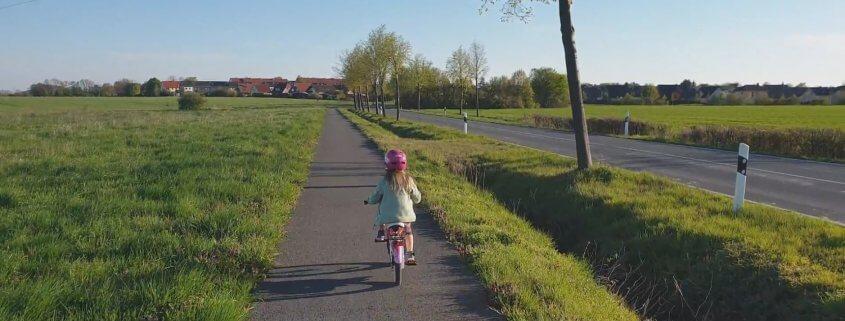 Rad-Tour mit Kind auf dem Dorf