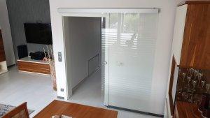 Glasschiebetür sandgestrahlt im Wohnzimmer