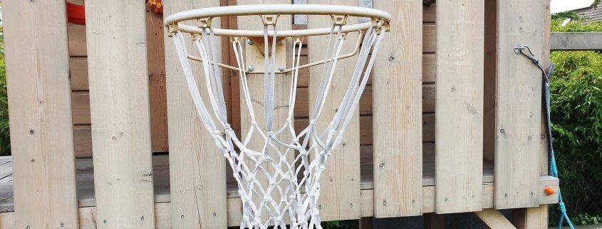 Basketballkorb am Spielturm