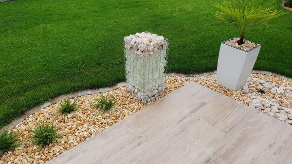 Gabionensäule an Terrasse im Garten