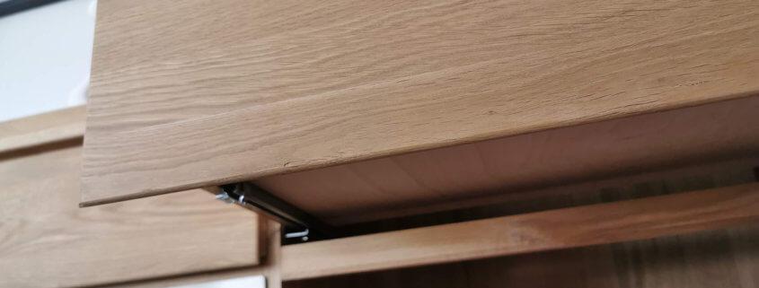 Metallauszüge der Schubladen an Massivholz-Sideboard