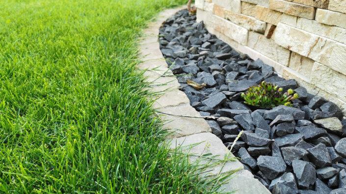 Mähkante - Rasenkantensteine setzen in Beton