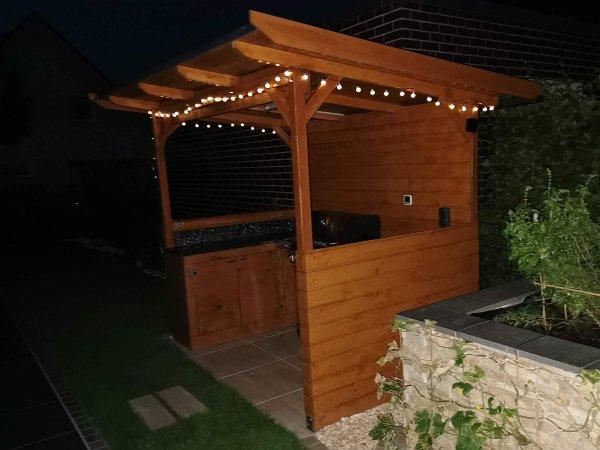 Außenkueche mit LED-Lichterkette