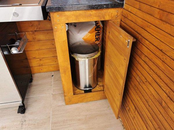Außenküche mit Mülleimer und Räucherspäne