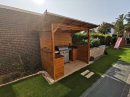Outdoorkueche: Grillplatz mit Gasgrill und Grillüberdachung