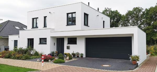 Einfamilienhaus mit Putzfassade weiß - Mit Garage und Flachdach