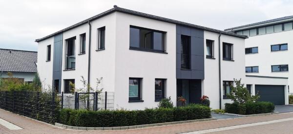 Haus mit Außenputz in weiß - Zwei Stockwerke