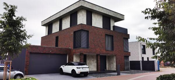 Klinker- Fassade mit Keramik-Platten - Kombination in der Architektur