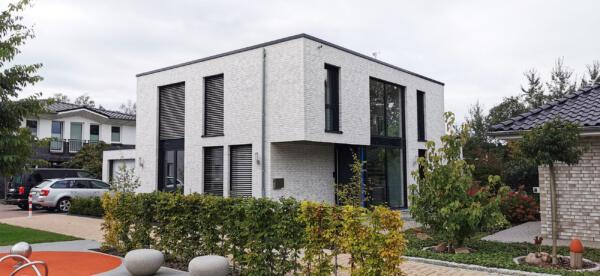 Klinker Haus mit Klinkerfassade hell - Flaches Dach