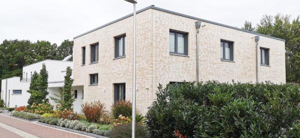 Klinkerfassade: Klinker hell mit Flachdach - Anthrazit Fenster