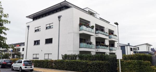 Mehrfamilienhaus - Putzfassade in weiß mit Balkonen