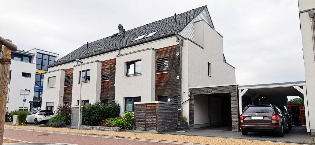 Putz-Holzfassade beim Doppelhaus
