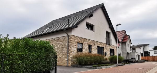 Putz Klinker Fassade - Haus mit Satteldach
