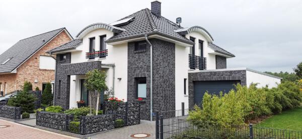 Fassade: Putz Klinker Kombination - Haus modern