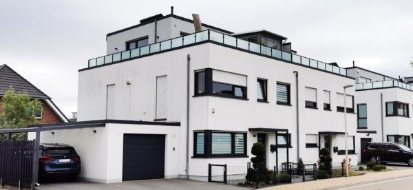 Putzfassade in weiß - anthrazit Fenster mit Flachdach als Doppelhaus